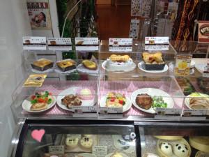 ペットショップで売っている犬用の食事やケーキ1