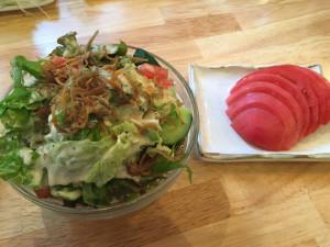 シーザーサラダとトマト