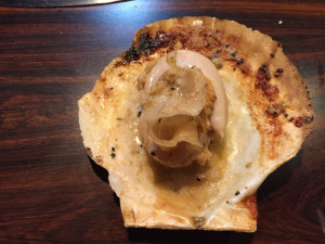 殻付き帆立を食べる
