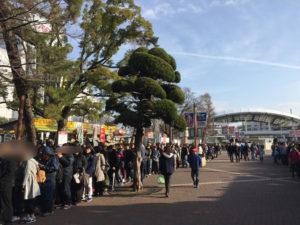 阪神甲子園駅に向かって大行列