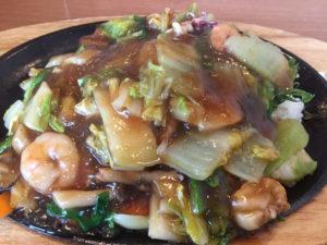 中華海鮮あんかけご飯を食べる