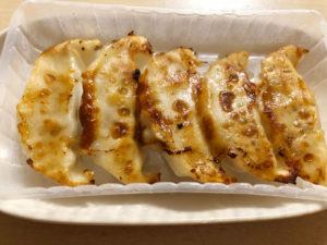 100円の冷凍餃子を食べる