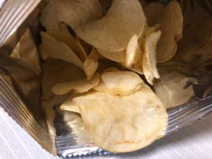 塩ポテトチップスを食べる