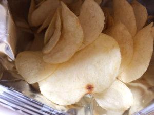 ポテトチップス極濃タルタルソース味を食べる